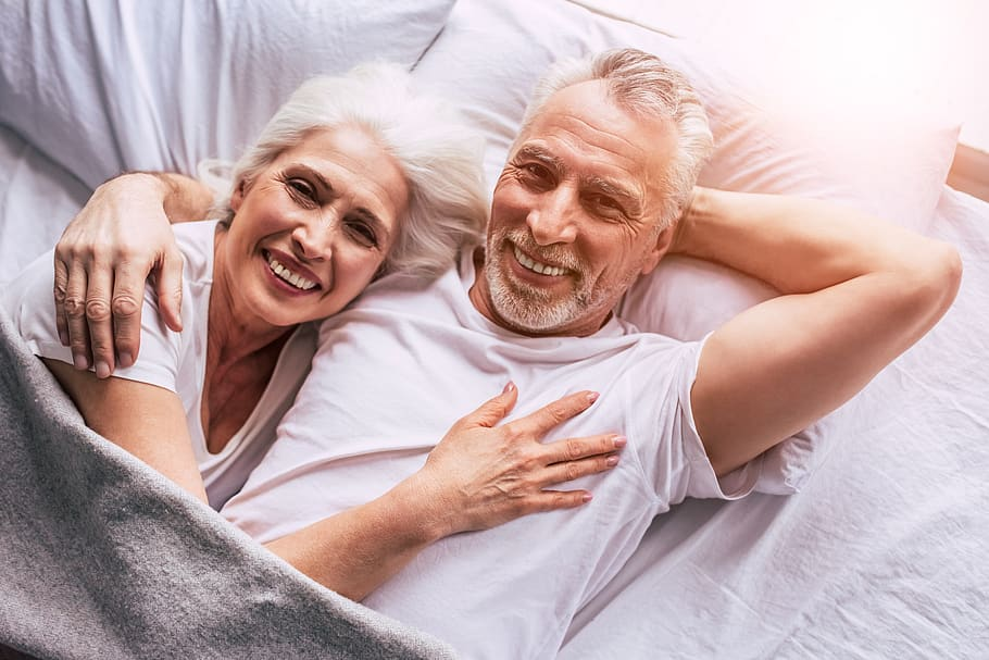 senior-couple-couple-in-bed-couple-holding-couple-smiling-smiling-happy